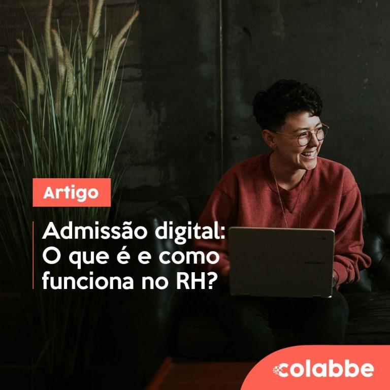 Mulher sorrindo utilizando um computador realizando uma admissão digital